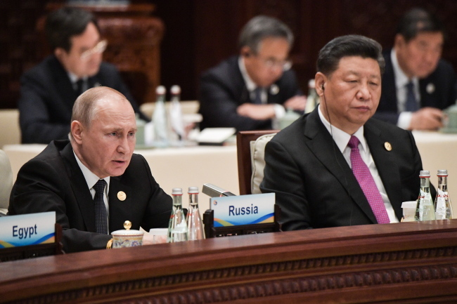 Russia's President Vladimir Putin (left) and China's President Xi Jinping at a roundtable discussion at the Second Belt and Road Forum. (Yonhap)