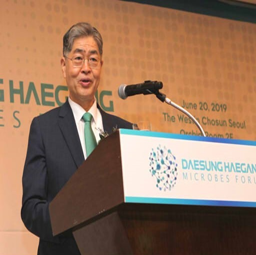 Kim Young-hoon, chairman of Daesung Group, gives the opening speech at the 2019 Daesung Haegang Microbes Forum in Seoul on Thursday. (Daesung Group)