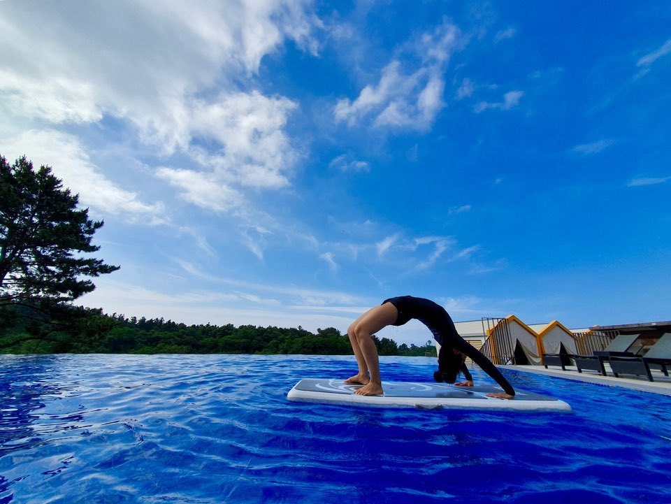 Yoga is practiced on an aqua float at Hidden Cliff Hotel & Nature on Jeju Island (Im Eun-byel / The Korea Herald)