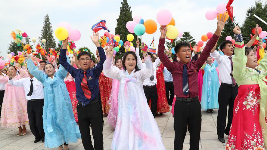 North Koreans enthusiastically greet Chinese President Xi Jinping as he arrives in Pyongyang on Thursday. (Xinhua-Yonhap)