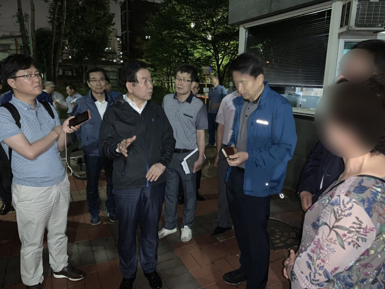 Seoul Mayor Park Won-soon speaks to officials at the affected area in the early hours of Friday. Yonhap