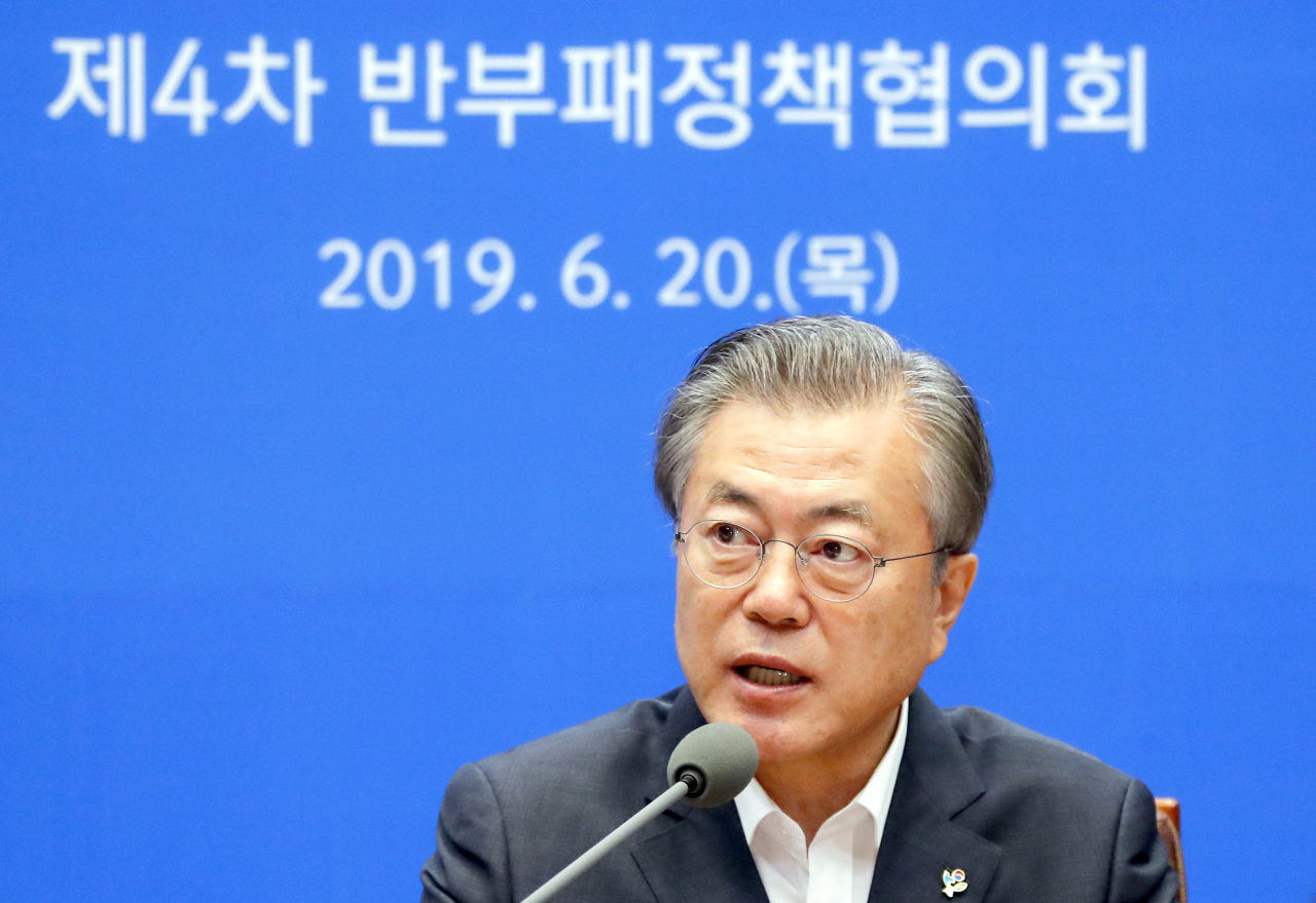 President Moon Jae-in speaks at an anti-corruption commission meeting in Seoul on Thursday. Yonhap