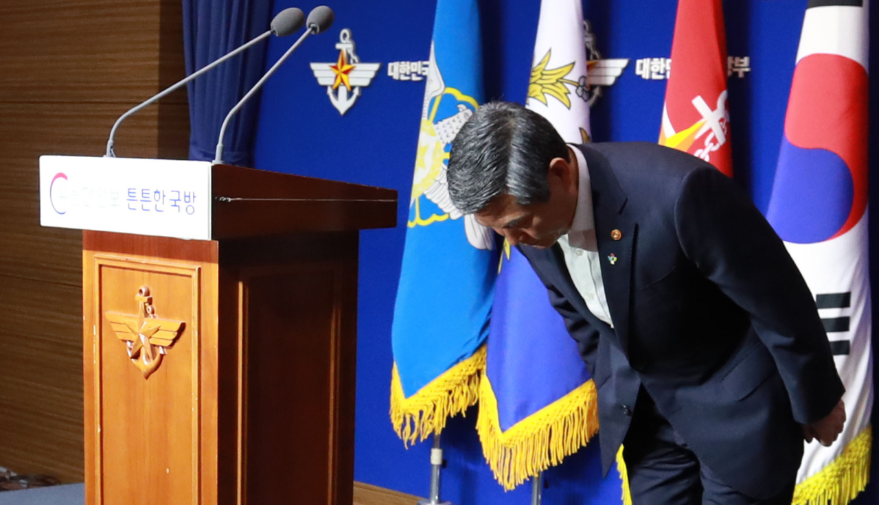 Defense Minister Jeong Kyeong-doo apologizes Wednesday over the military's failure to detect the North Korean boat that crossed the de facto maritime border to arrive on Samcheok Port, Gangwon Province on Sunday.