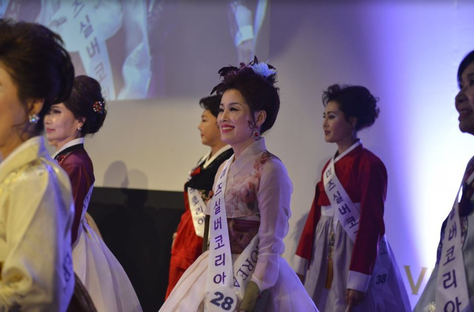 Participants in a beauty pageant for women in their 50s or over pose in hanbok (Korean traditional outfit) in Seoul. The periodic event is sponsored by the Ministry of Health and Welfare. (Miz Silver Korea)