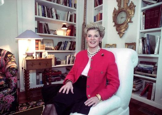 Judith Krantz poses in an undated file photo during an interview at her home in the Bel Air section of Los Angeles, California. (AP-Yonhap)