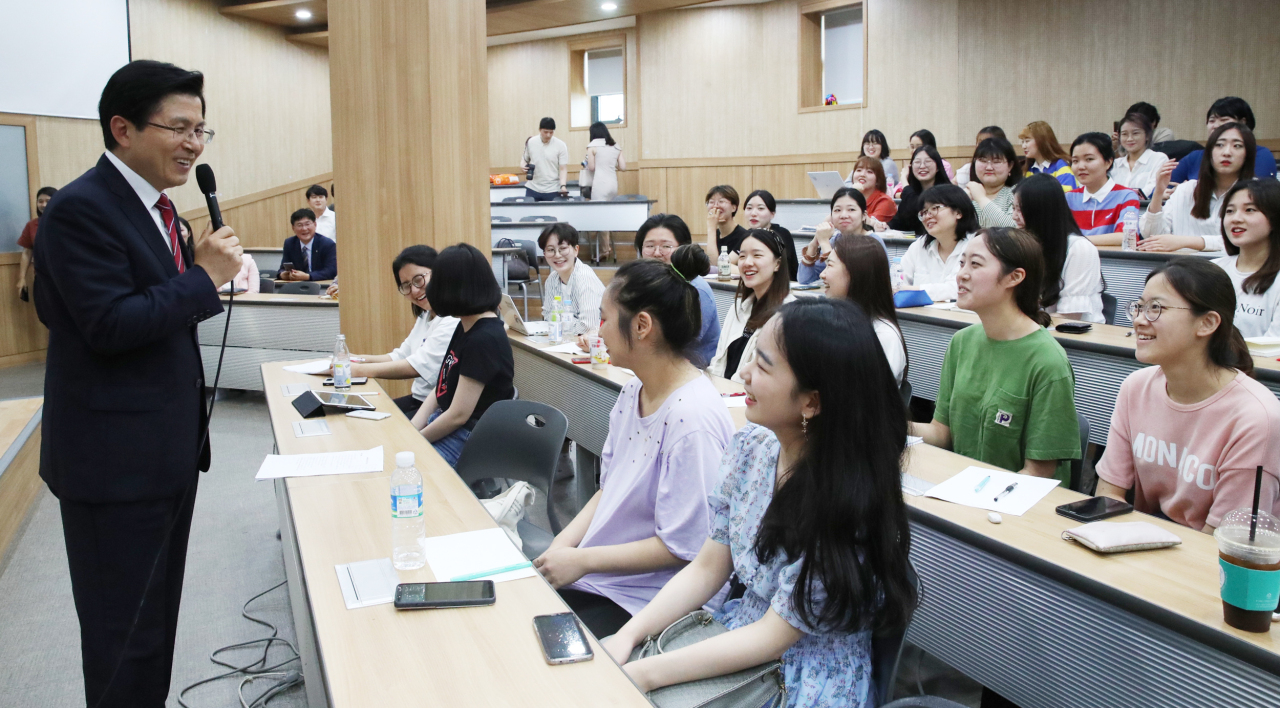 Liberty Korea Party Chairman Hwang Kyo-ahn (left) gives a lecture at Sookmyung Women's University in Seoul on Thursday. (Yonhap)