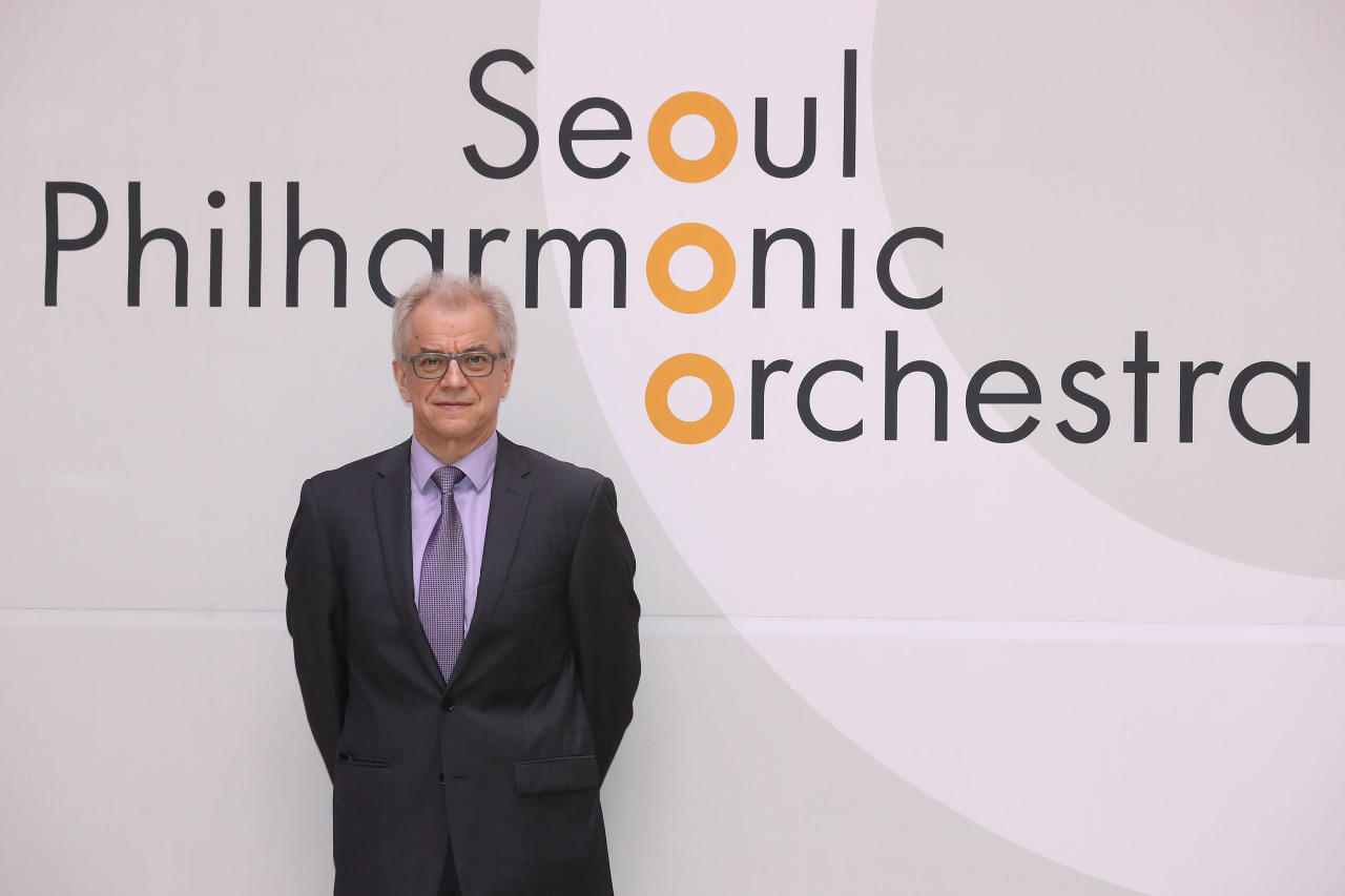 Conductor Osmo Vanska poses for photos before a press conference held at the Sejong Center in Gwanghwamun, central Seoul on Monday. (Yonhap)