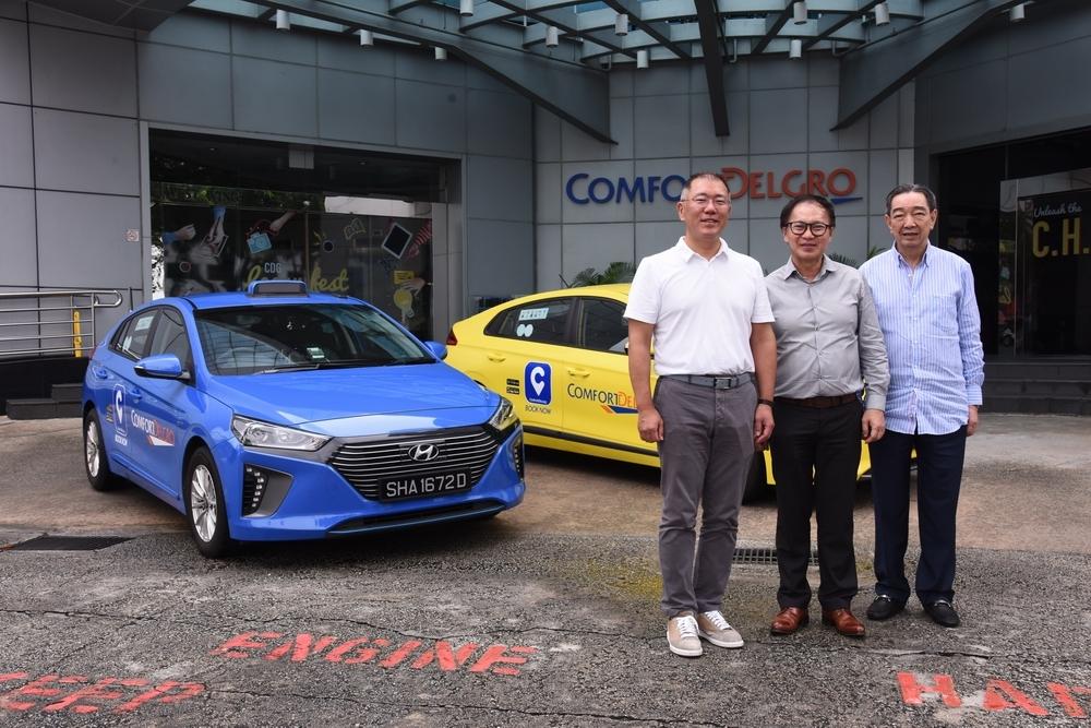 Hyundai Motor Group Executive Vice Chairman Chung Eui-sun (left) poses with ComfortDelGro CEO Yang Ban Seng (center) for a photo in Singapore on an unspecified date. (Hyundai Motor)
