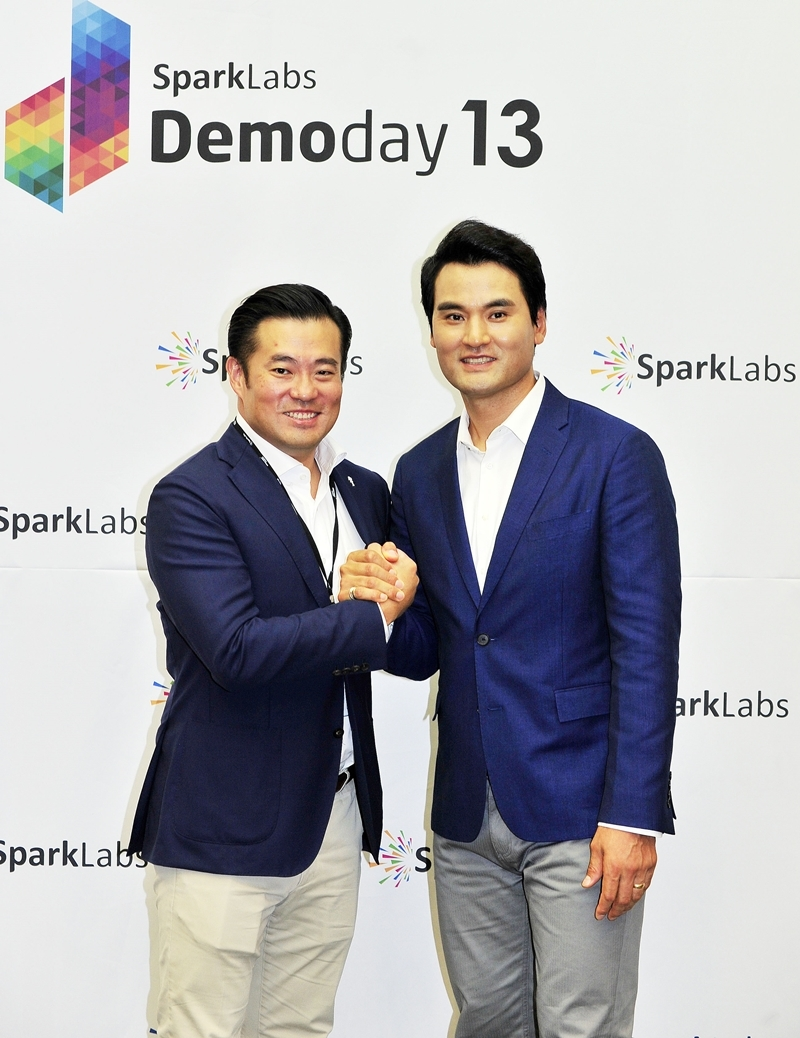 SparkLabs Venture partner Park Chan-ho (right) and SparkLabs co-founder and general partner Lee Han-joo pose for a photo at a press conference prior to SparkLabs Demoday held Wednesday. (SparkLabs)
