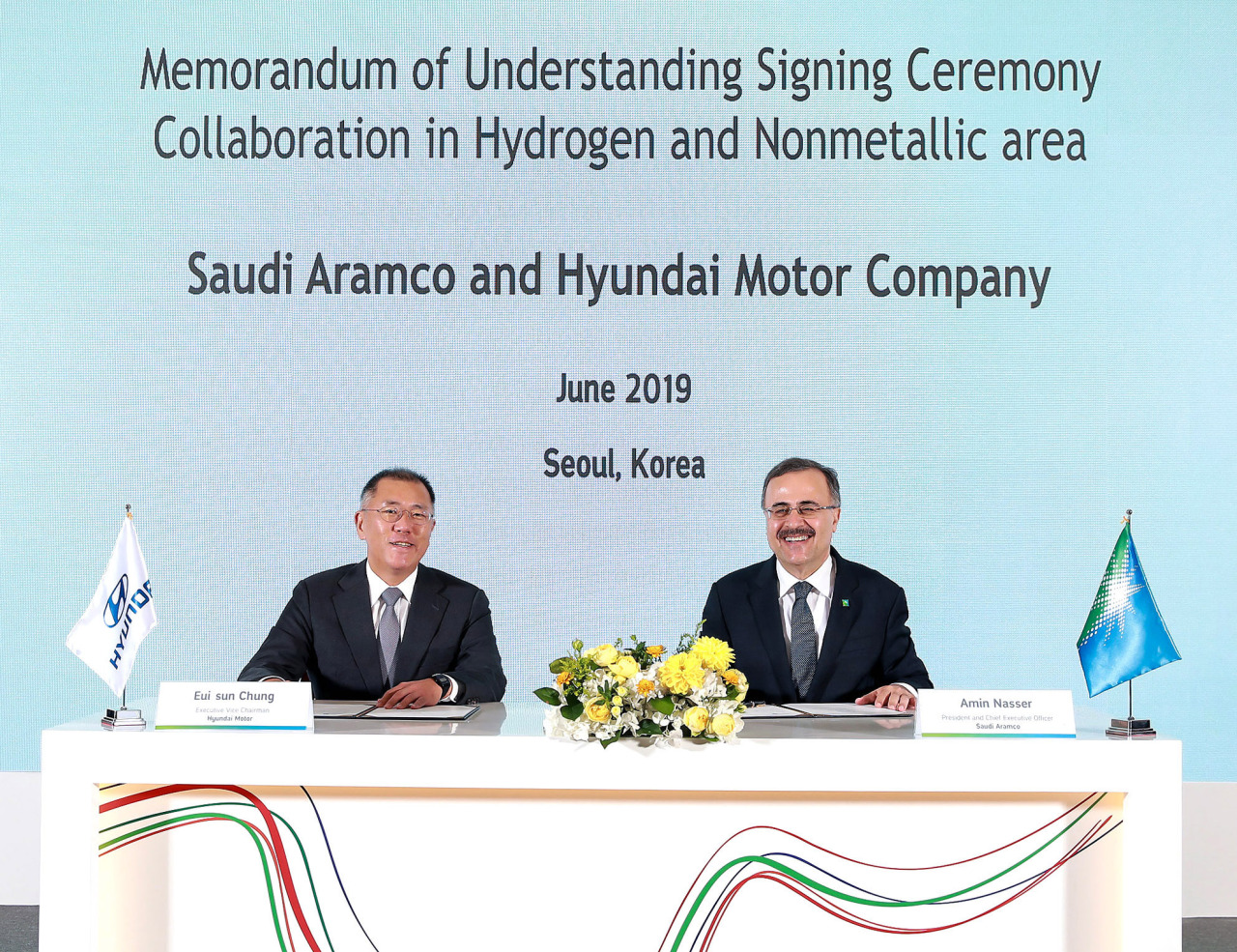 Hyundai Motor Group Executive Vice Chairman Chung Euisun (left) and Saudi Aramco CEO Amin H. Nasser sign a memorandum of understanding on development of hydrogen vehicles on Tuesday in Seoul. (Hyundai Motor)