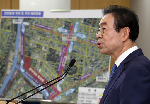 Seoul Mayor Park Won-soon announces measures to normalize the tap water quality in Mulle-dong, southwestern Seoul, at a news briefing at Seoul City Hall, Tuesday. (Yonhap)