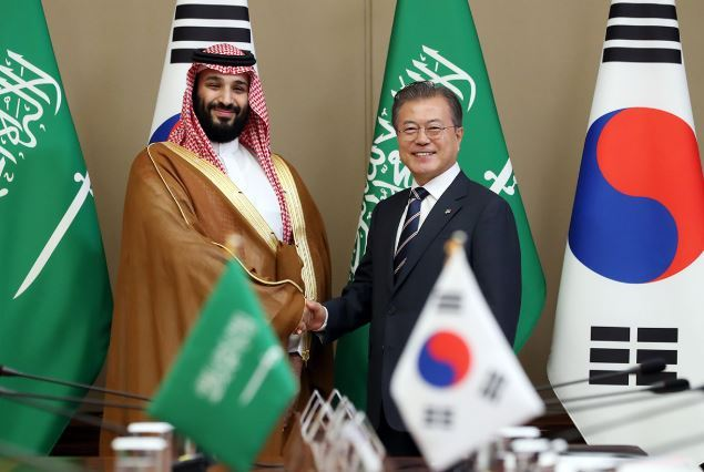 President Moon Jae-in and Crown Prince Mohammed bin Salman of Saudi Arabia pose for a photograph at Cheong Wa Dae on Wednesday. (Yonhap)