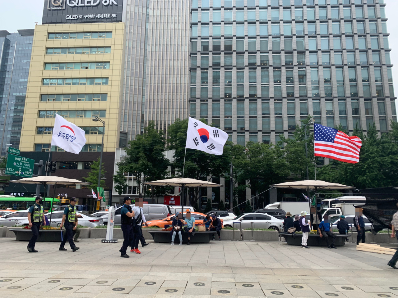 Our Republican Party supporters set up three flagpoles with the party banner, the Korean flag and the American flag in Gwanghwamun Plaza, Seoul. (Kim Arin/The Korea Herald)