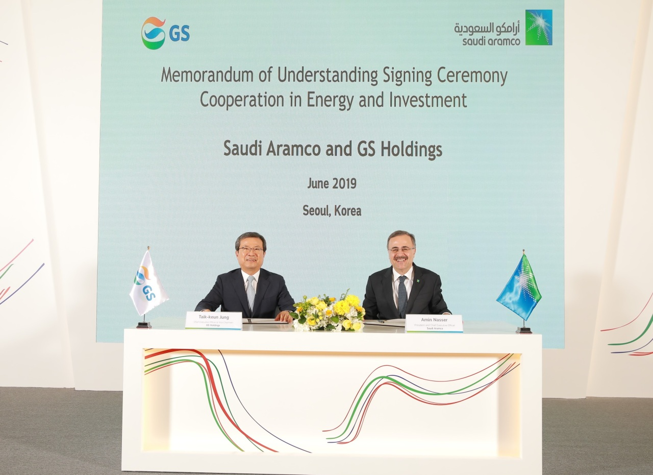 GS Group Vice Chairman Jung Taek-geun (left) and Saudi Aramco President Amin H. Nasser attend a memorandum of understanding signing ceremony in Seoul on Tuesday. (GS)