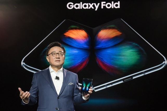 Samsung CEO Koh Dong-jin presents Galaxy Fold in February in San Francisco. (Yonhap)