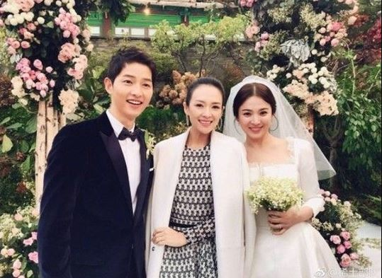 Actress Zhang Ziyi (center) poses for photo with Song Joong-ki and Song Hye-kyo on their wedding day.(Zhang Ziyi Weibo)