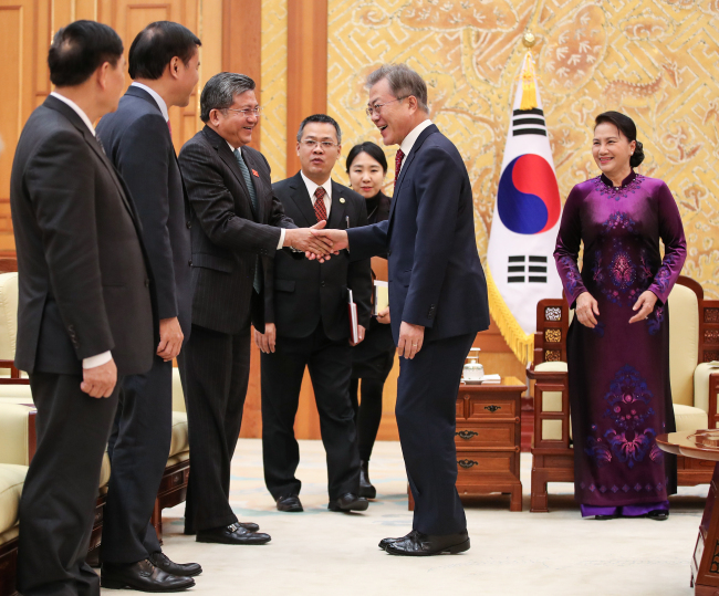President Moon Jae-in (center) shakes hands with delegates accompanying Chairwoman of Vietnam's National Assembly Nguyen Thi Kim Ngan (right) at Cheong Wa Dae during her visit to Seoul on Dec. 6. During the meeting, Moon emphasized the importance of Vietnam to South Korea and the need for wider economic and human exchanges. (Yonhap)