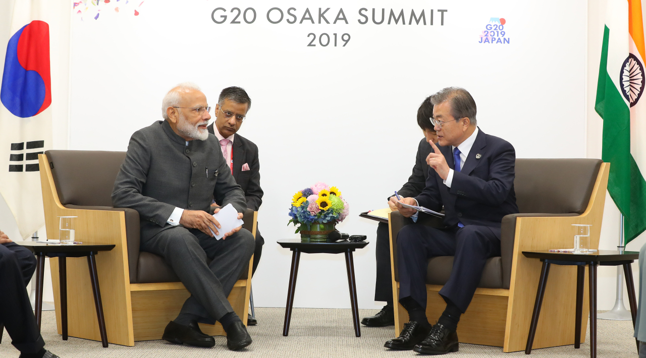 President Moon Jae-in and Indian Prime Minister Narendra Modi hold a summit in Osaka, Japan on Friday. Yonhap