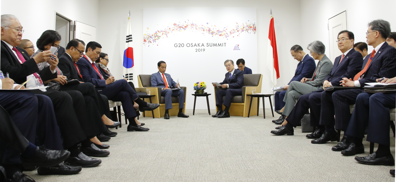 President Moon Jae-in and Indonesian President Joko Widodo hold a summit accompanied by ranking government officials from the two sides in Osaka, Japan on Friday. (Yonhap)
