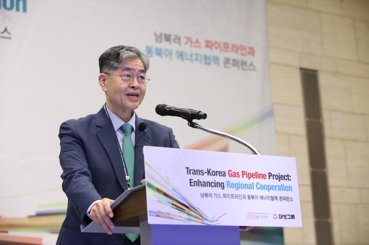 """Kim Young-hoon, chairman of Daesung Group, gives an opening speech at the forum """"Trans-Korea Gas Pipeline Project: Enhancing Regional Cooperation"""" in Seoul on Friday. (Daesung Group)"""