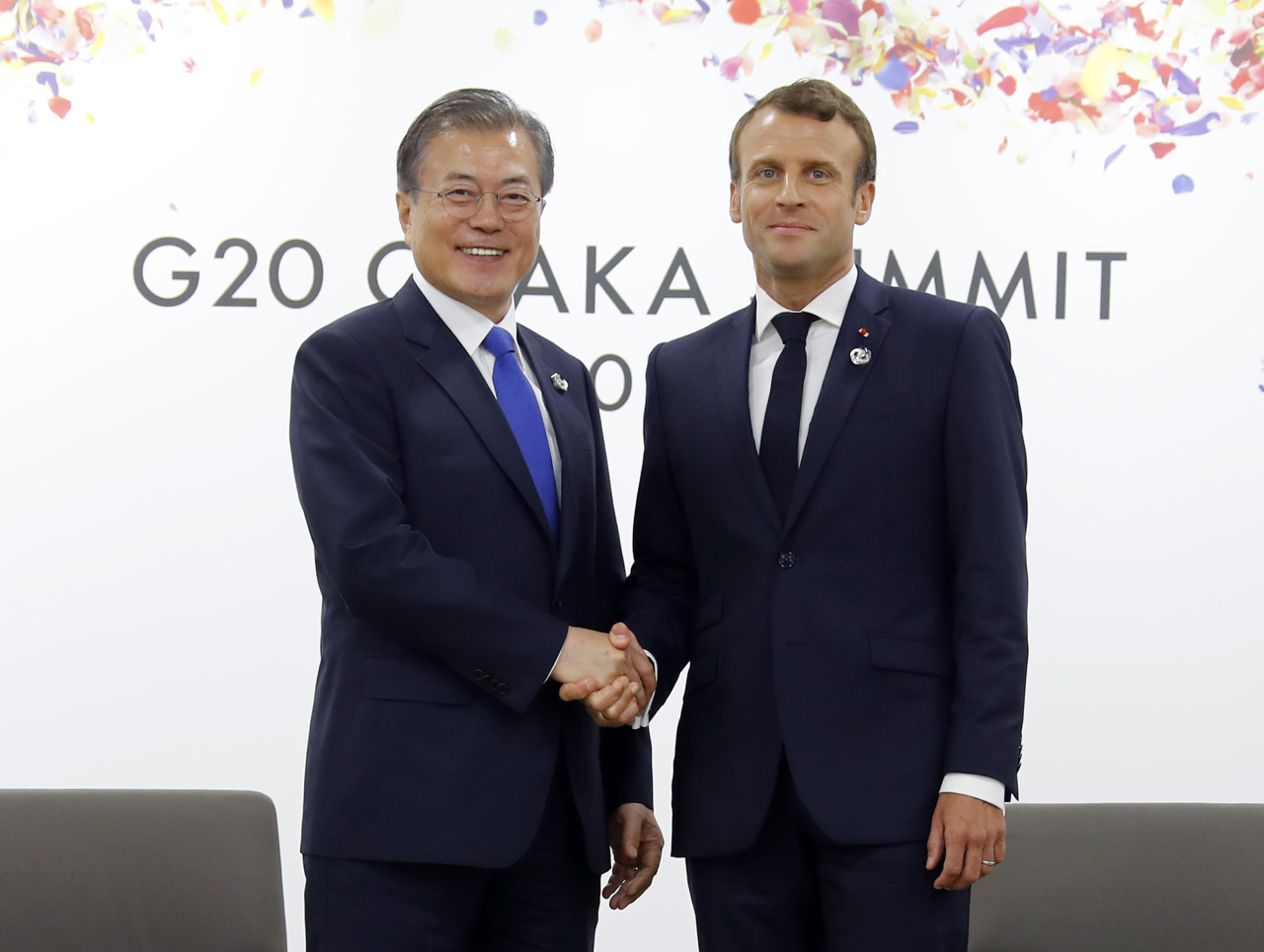 President Moon Jae-in and French President Emmanuel Macron pose at the start of their meeting in Osaka, Japan on Friday. Yonhap
