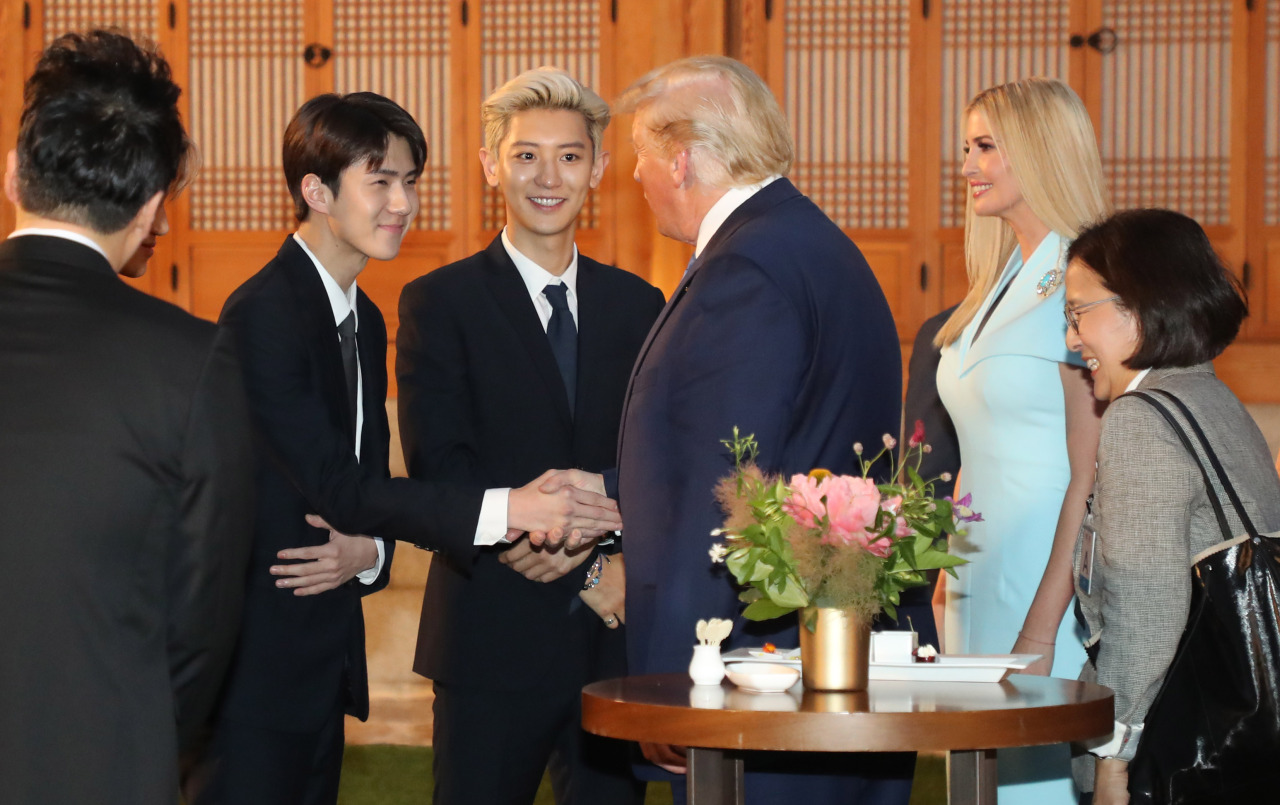 South Korean boy band EXO greets US President Donald Trump and his daughter Ivanka aTrump t the Blue House. EXO members previously met White House adviser Ivanka during the closing ceremony of the 2018 PyeongChang Winter Olympics. (Yonhap)