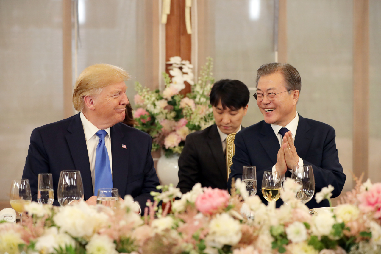 US President Donald Trump and President Moon Jae-in attend a welcome dinner hosted by Moon at Cheong Wa Dae on Saturday evening. (Yonhap)
