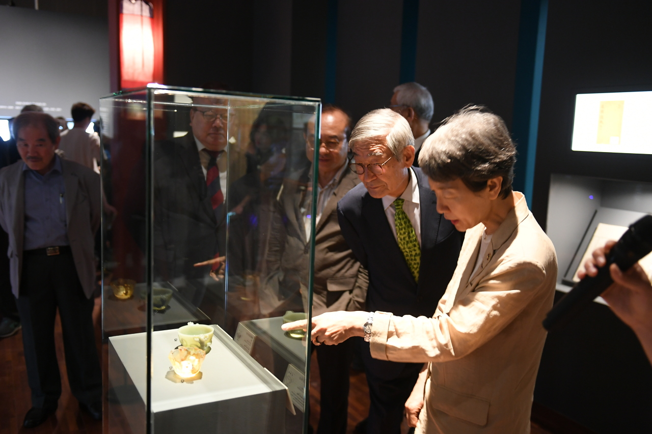 "Chung Jae-suk (right), chief of the Cultural Heritage Administration, looks around the exhibition ""Hyomyeong: Crown Prince and Patron of Arts"" during a press event at the National Palace Museum of Korea in Seoul on Thursday. (Cultural Heritage Administration)"