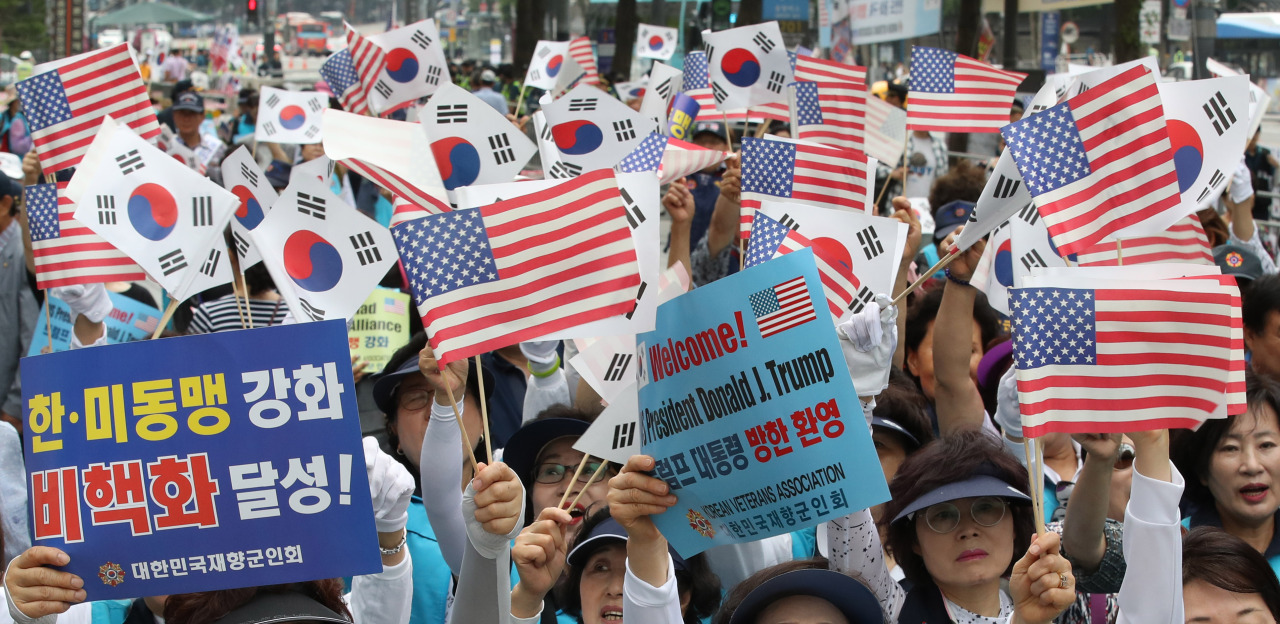 Members of the Korean Veterans Association hold a rally near Cheonggyecheon to welcome US President Donald Trump's visit to Seoul, Sunday. (Yonhap)