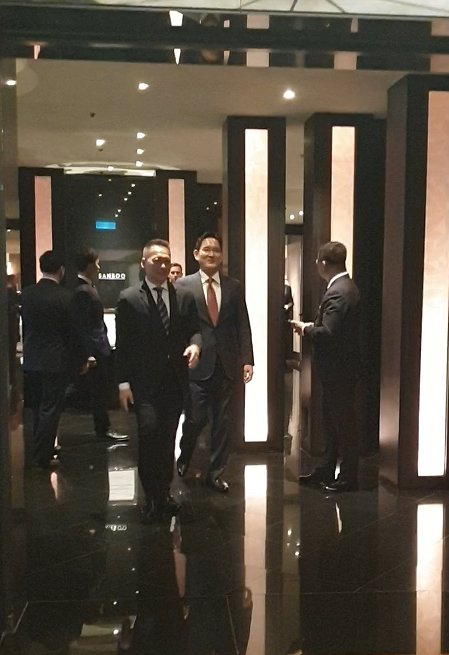 Samsung heir Lee Jae-yong walks out of a conference room at Grand Hyatt Seoul on Sunday. (By Song Su-hyun / The Korea Herald)