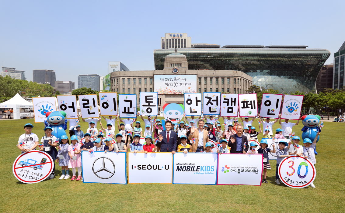 This file photo shows Dimitris Psillakis (center), chairman of the Mercedes-Benz CSR committee, posing with the winners of the company's third traffic safety contest for children. (Mercedes-Benz Korea)