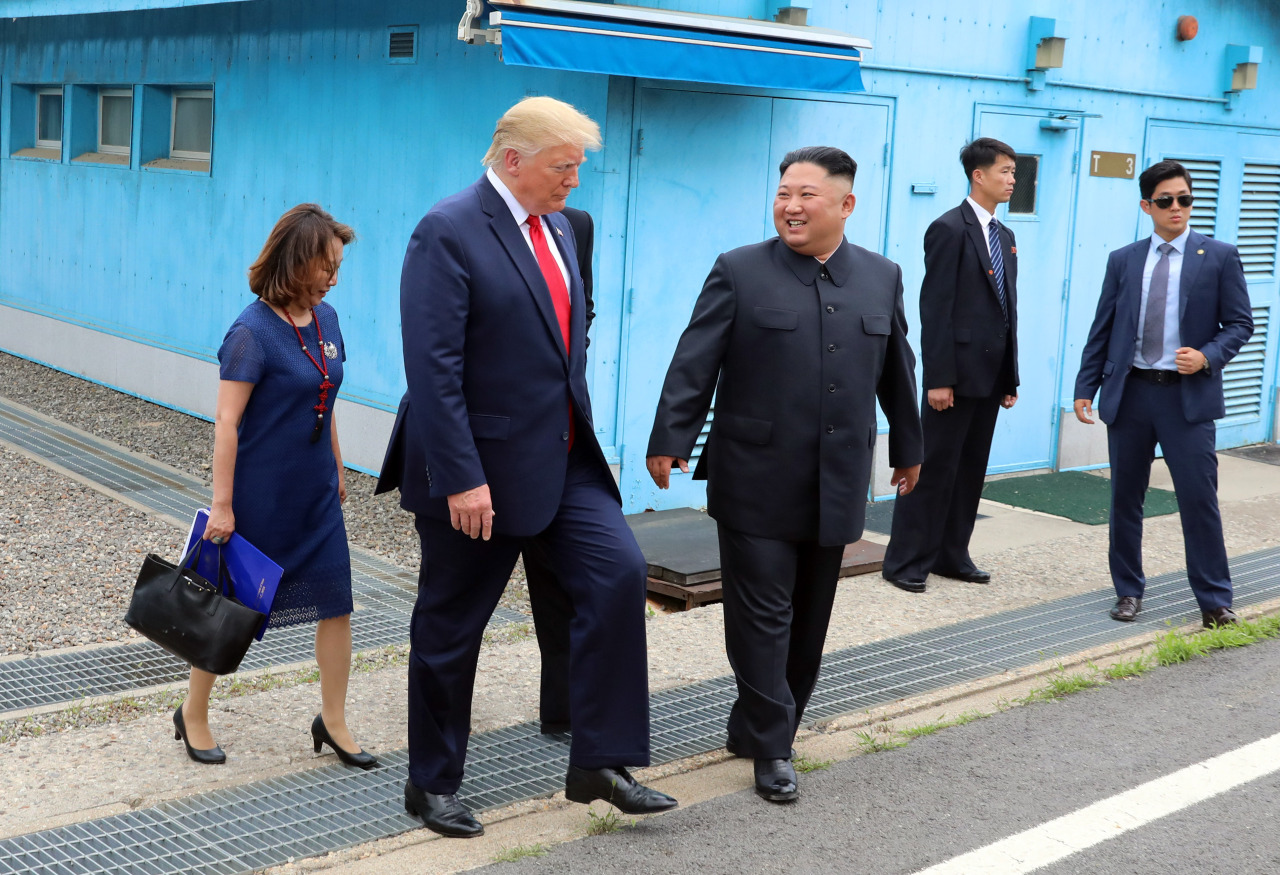 US President Trump and North Korean leader Kim head for the Freedome House for talks at the truce village of Panmunjom. (Yonhap)