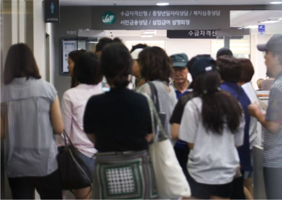 Visitors to a regional office of the Korea Employment Information Service in Mapo-gu, Seoul, wait in line to apply for unemployment benefits during the second half of 2018. (Yonhap)