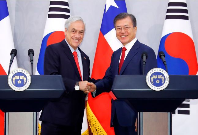 President Moon Jae-in (right) with Chile President Sebastian Pinera, during Pinera`s visit to Seoul in April. (Yonhap)