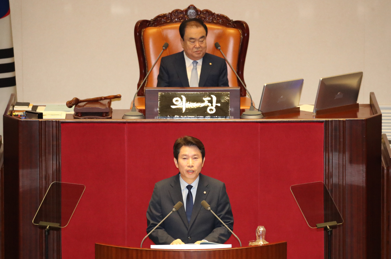 Lee In-young (front row), the floor leader of the ruling Democratic Party of Korea, delivers a parliamentary speech at the National Assembly on Wednesday, kicking off the June extra parliamentary session. (Yonhap)