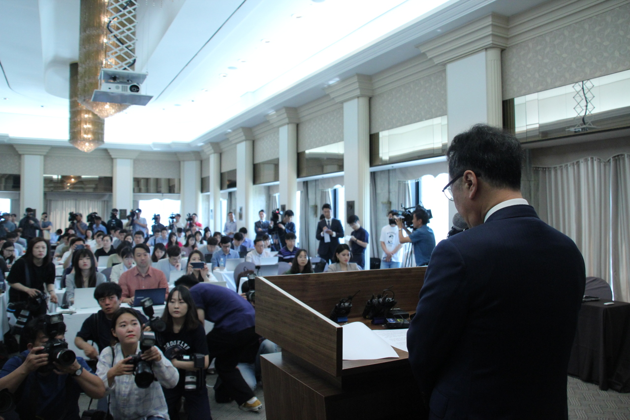 Kolon Life Science's CEO Lee Woo-suk apologizes to patients, investors and doctors, maintains the safety of Invossa and pledges to bring up company value, at a press event held Thursday at the Korea Press Foundation in Jung-gu, Seoul. (Lim Jeong-yeo/The Korea Herald)