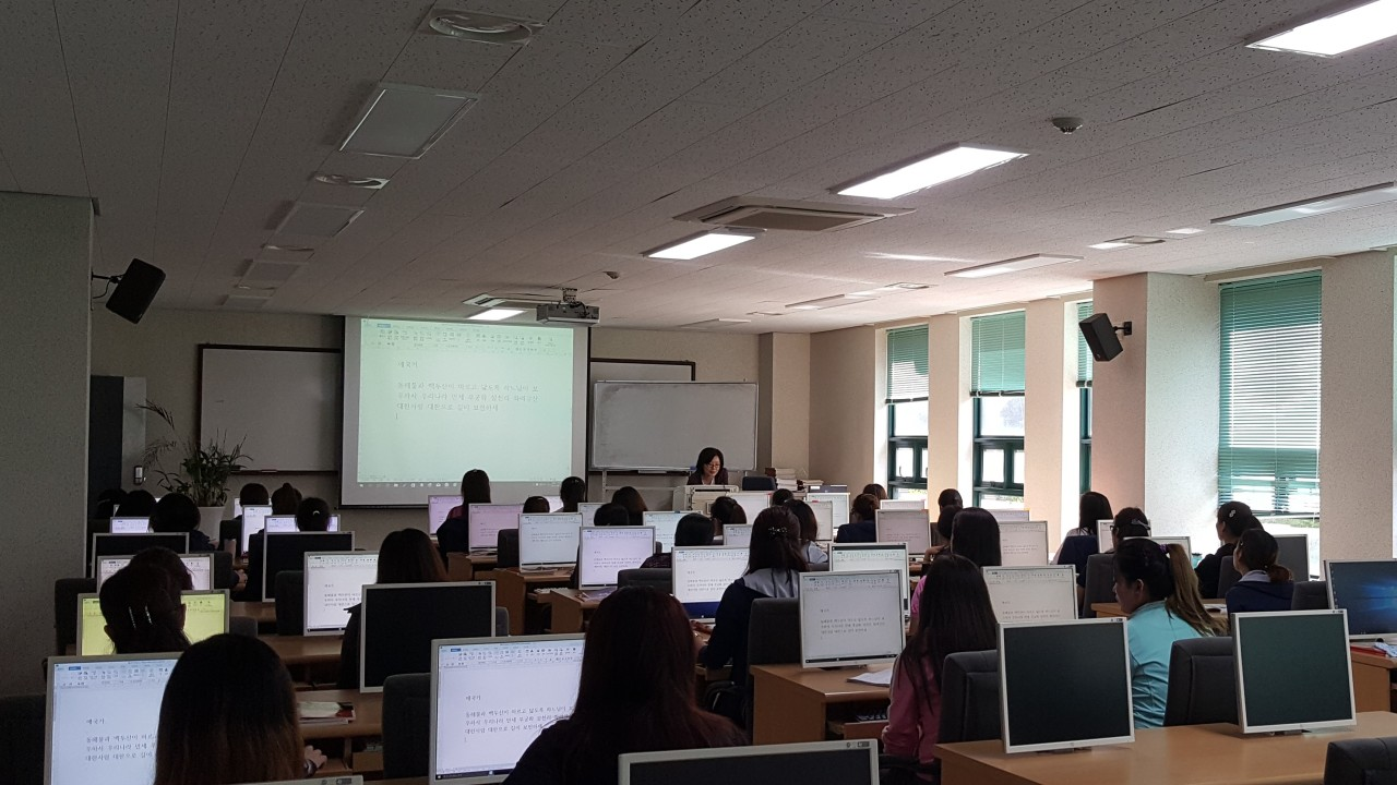 North Korean defectors take computer lessons at Hanawon. (Hanawon)