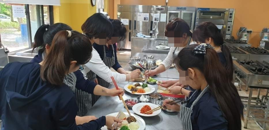 North Korean defectors take cooking lessons at Hanawon. (Hanawon)