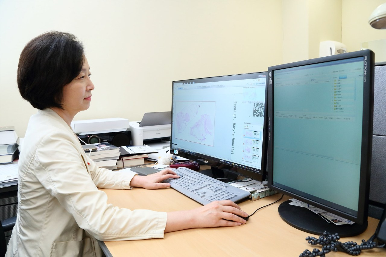 Lee Youn-soo, a professor at St. Mary's Hospital inSeocho-gu, Seoul, uses the Philips IntelliSite Pathology Solution developed and provided by Philips Korea. (Philips Korea)