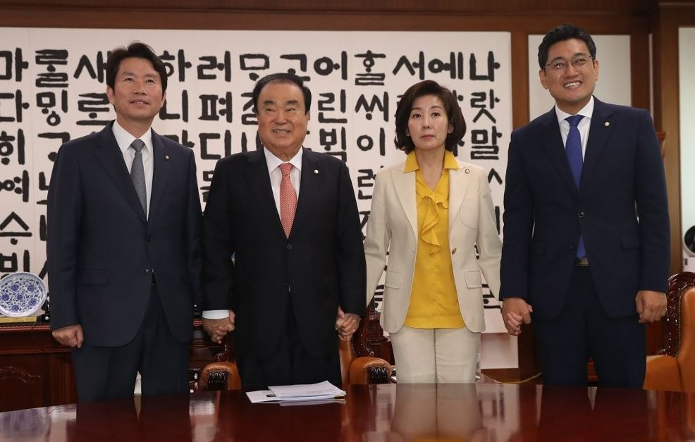 National Assembly Speaker Moon Hee-sang (2nd from L) poses for a photo with the floor leaders of three rival parties at the National Assembly on July 8, 2019, before their meeting. (Yonhap)