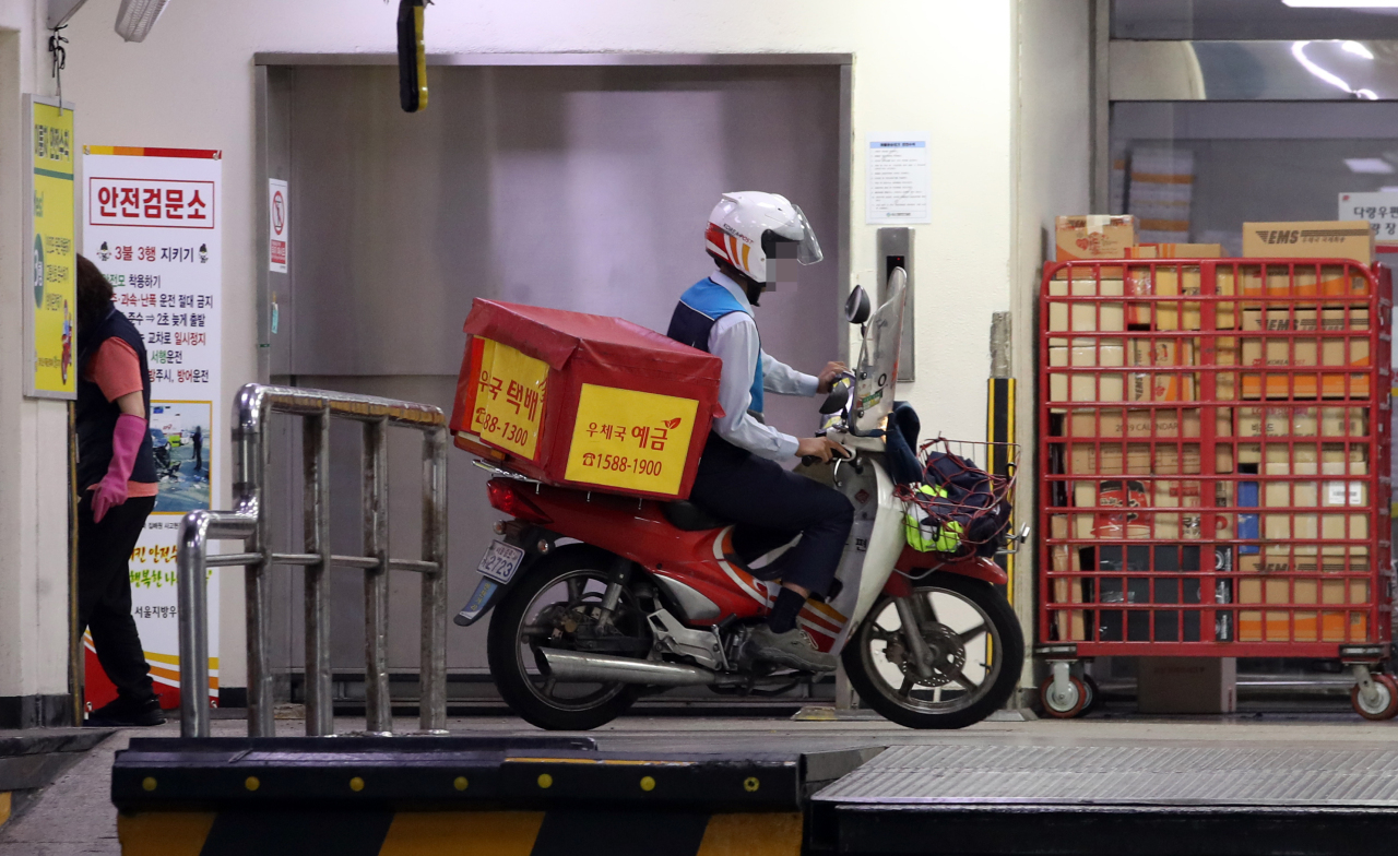 A postal delivery worker pulls up to the Gwanghwamun Post Office. (Yonhap)