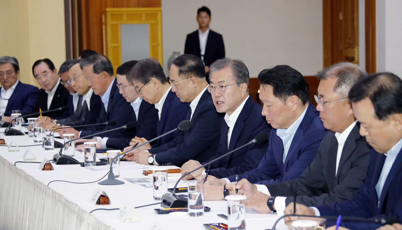 President Moon Jae-in speaks to business leaders at a meeting in Cheong Wa Dae in Seoul on Wednesday. (Yonhap)