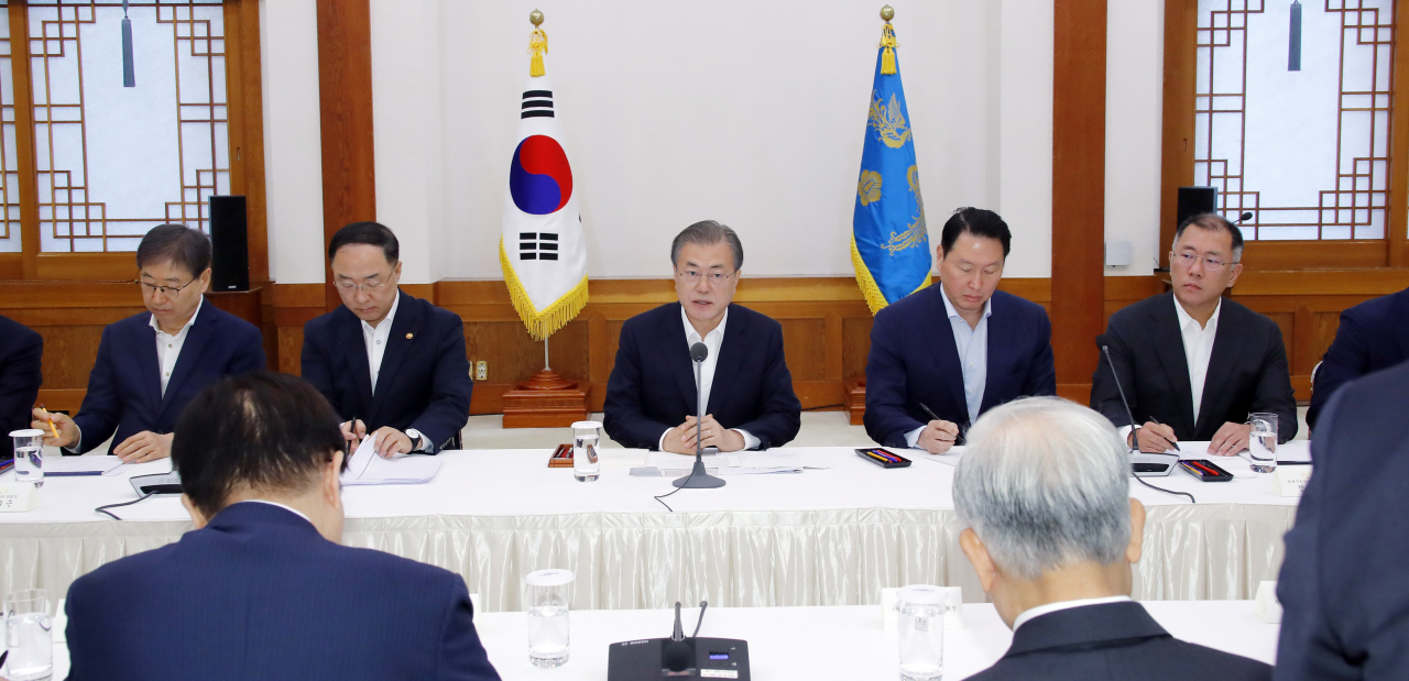 President Moon Jae-in speaks at a meeting with South Korean business leaders at the presidential office on Wednesday. Yonhap