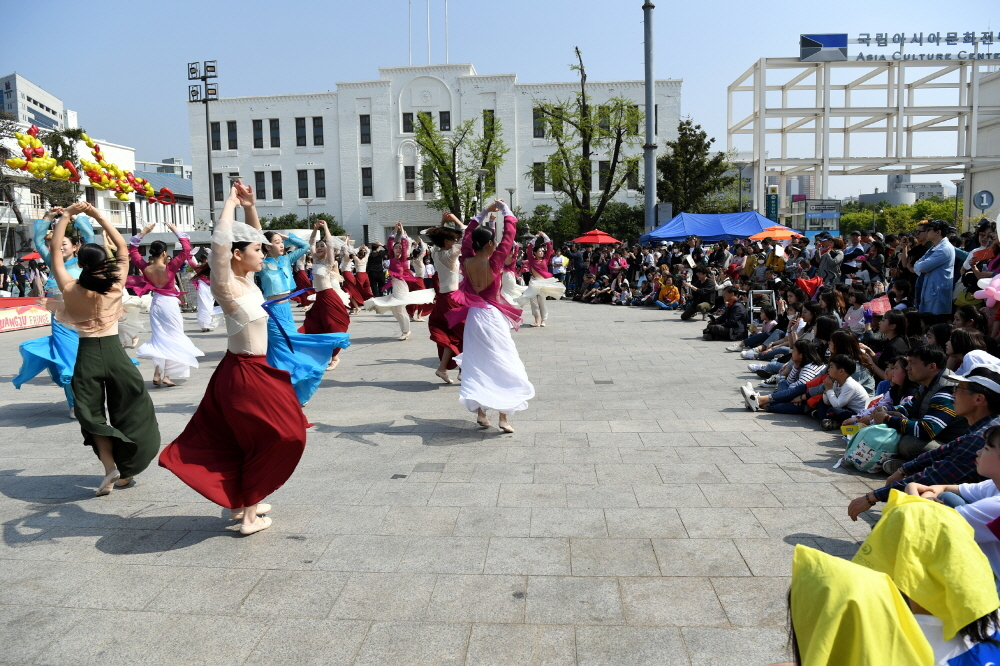 A traditional Korean music performance at Gwangju Gongyeon Maru (Gwangju City Hall)