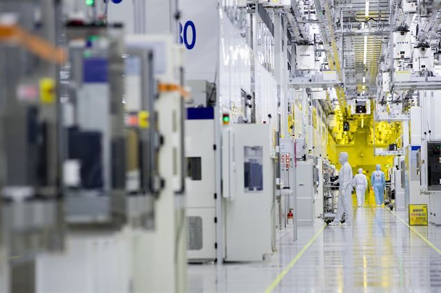 Semiconductor clean room (Samsung Electronics)