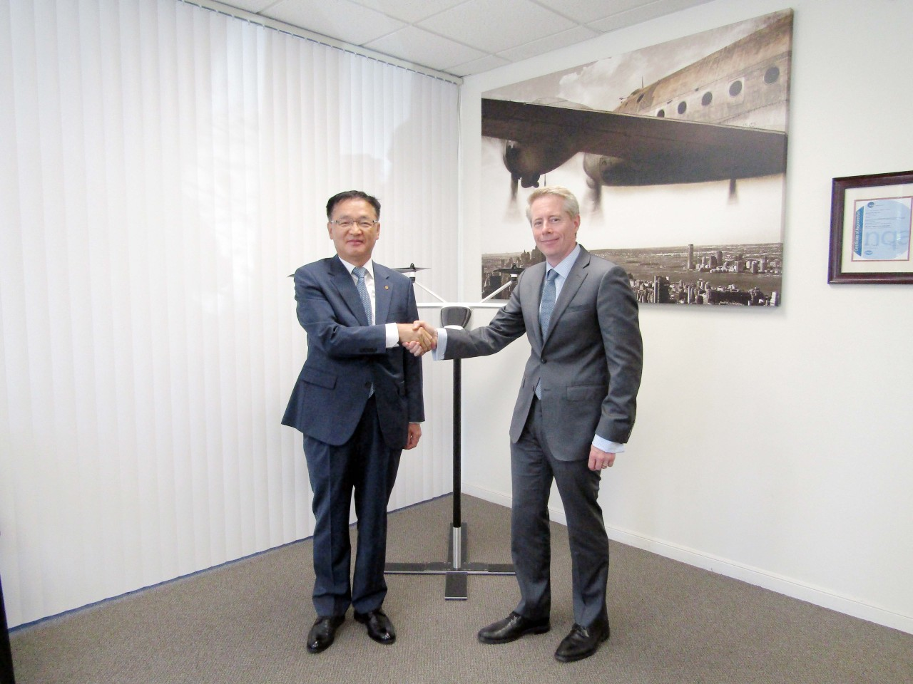 Hanwha System CEO Chang Si-kweon(left) and K4 Aeronaumics chief Ben Tigner. Hanwha System