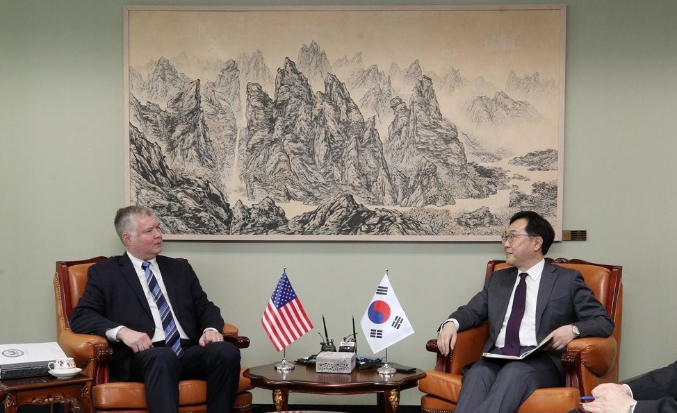 This photo, taken on June 28, 2019, shows South Korea's top nuclear envoy, Lee Do-hoon (R), and his US counterpart Stephen Biegun, holding talks at the foreign ministry in Seoul. (Yonhap)