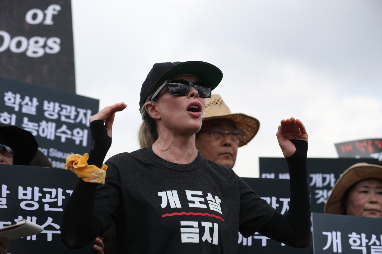 American actress and singer Kim Basinger speaks out against dog meat consumption at a protest organized by a local animal rights group at the National Assembly on Friday. (Yonhap)