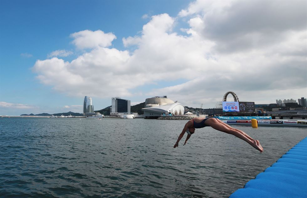 A swimmer practices for the open-water swimming competition at Yeosu Expo Ocean Park in Yeosu, South Jeolla Province. (Yonhap)
