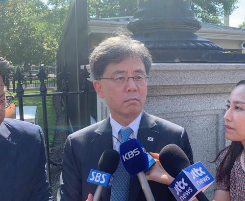 Kim Hyun-chong (center), deputy chief of Cheong Wa Dae`s National Security Office, speaks to reporters outside the White House in Washington on July 12, 2019. (Yonhap)